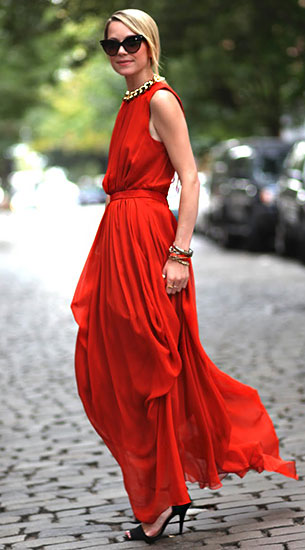 เดรสยาวสีแดง Tibi, รองเท้า Zara, แว่นตากันแดด Dior