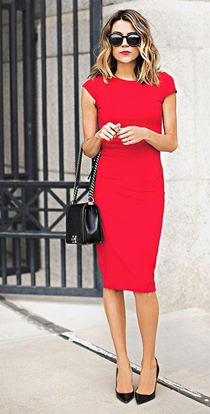 เดรสสีแดง, รองเท้าส้นสูงสีดำ Christian Louboutin, กระเป๋า Chanel