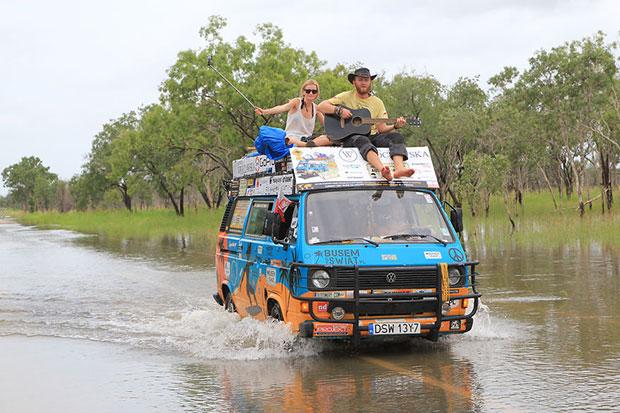 เดินทาง 50 ประเทศด้วยรถตู้ใช้เพียงวันละ 250 บาท