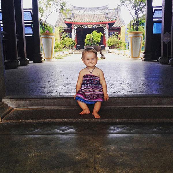เด็กน้อยเดินทางท่องเที่ยวกับพ่อแม่
