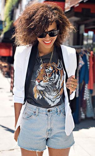 เบลเซอร์สีขาวปกดำ ShopReverie, กางเกงยีนส์ขาสั้น Levi's, เสื้อยืดสีเทา Urban Outfitters, รองเท้าบู๊ท Modern Vice