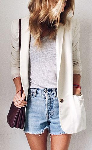 เบลเซอร์สีขาว, กางเกงยีนส์ขาสั้น, เสื้อยืดสีเทา
