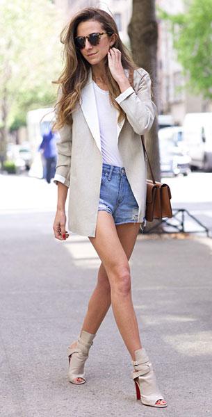 เบลเซอร์สีครีม  Sandro, กางเกงยีนส์ขาสั้น  Lovers & Friends, รองเท้า Christian Louboutin, กระเป๋า Celine