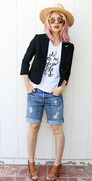 เบลเซอร์สีดำ, กางเกงยีนส์ขาสั้น, เสื้อยืดสีขาว