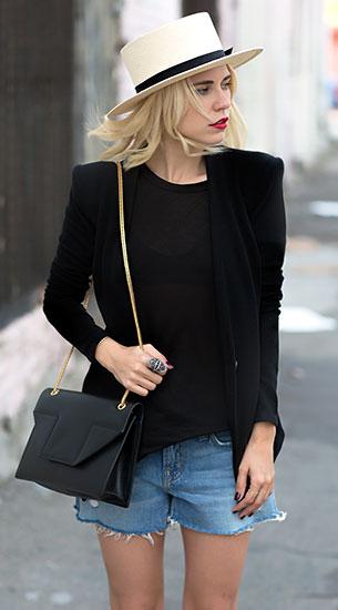 เบลเซอร์สีดำ Helmut Lang, กางเกงยีนส์ขาสั้น  J Brand, เสื้อยืดสีดำ A Fine Line, รองเท้า Chloe, กระเป๋า Saint Laurent