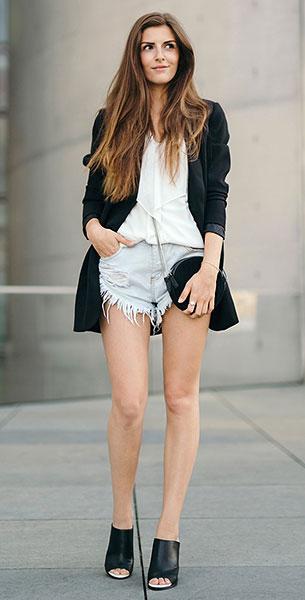 เบลเซอร์สีดำ Selected Femme, กางเกงยีนส์ขาสั้น Glamorous, เสื้อเชิ้ตสีขาว Vero Moda, รองเท้า French Connection