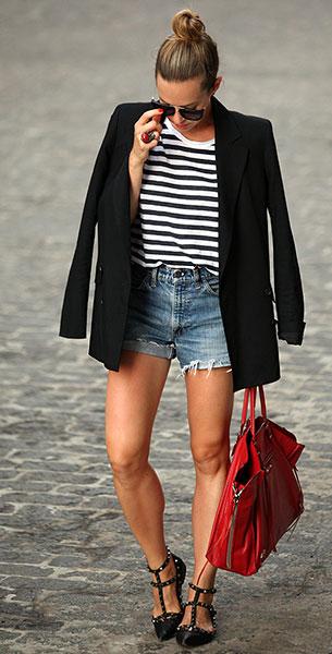 เบลเซอร์สีดำ Theory, กางเกงยีนส์ขาสั้น Levi's, เสื้อยืดลายขวาง H&M, รองเท้า Valentino, กระเป๋าสีแดง Balenciaga