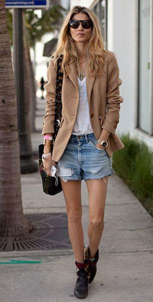 เบลเซอร์สีน้ำตาล, กางเกงยีนส์ขาสั้น, เสื้อยืดสีขาว
