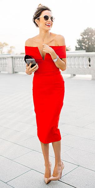 เพรสเปิดไหล่สีแดง Nicholas, รองเท้าส้นสูงสีนู้ด Christian Louboutin, แว่นตากันแดด Dior
