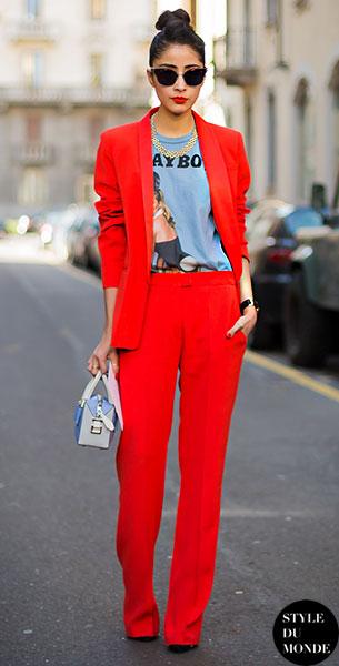 เสื้อสูทสีแดง Sandro, กางเกงสีแดง, เสื้อยืดสีเทาลายพิมพ์
