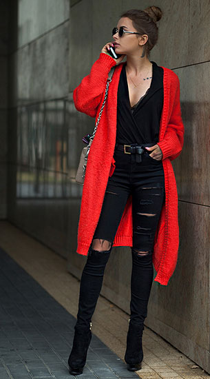 เสื้อโค้ทสีแดง Mohito, เสื้อสีดำ H&M, กางเกงยีนส์ขาดๆสีดำ TopShop, รองเท้า Kazar, กระเป๋า Sabrina Pilewicz