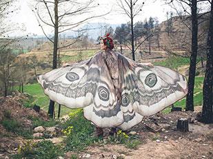 ผ้าพันคอปีกผีเสื้อทำให้ดูราวกับว่ามีปีกจริงๆ