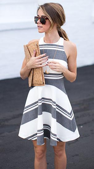 เดรสลายทางสีขาวสีเทา Saks Fifth Avenue, รองเท้า Nordstrom, คลัทช์ Francesca's Collection แว่นตากันแดด Marshalls