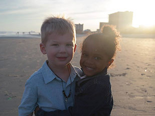 เรื่องของเด็กน้อย 4 ขวบสองคนที่บังเอิญเจอกันริมชายหาด