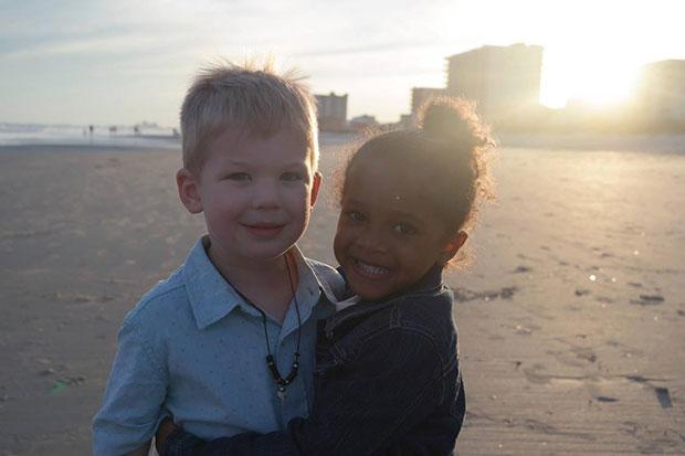 เรื่องของเด็กน้อย 4 ขวบสองคนที่เจอกันริมชายหาด
