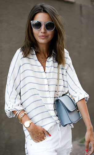 เสื้อลายทางสีขาวสีฟ้า  Zara, กางเกงยีนส์สีขาว Mango, รองเท้าสีนู้ด Valentino, Chicnova, กระเป๋าสีฟ้า Valentino