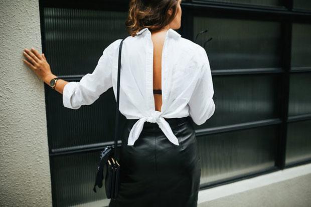 ผูกเสื้อเชิ้ตสีขาวเป็นโบว์ไว้ข้างหลัง