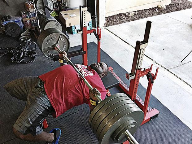 นักกีฬายกน้ำหนักเป็นเพื่อนซี้กับสาวน้อยผู้ป่วยโรคชราในเด็ก