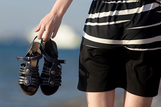 นำรองเท้าแตะหนังตากแดดให้แห้ง