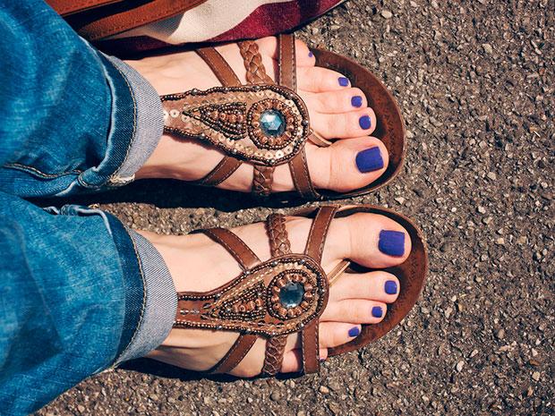 วิธีทำความสะอาดรองเท้าแตะหนังให้สภาพดีอยู่เสมอ