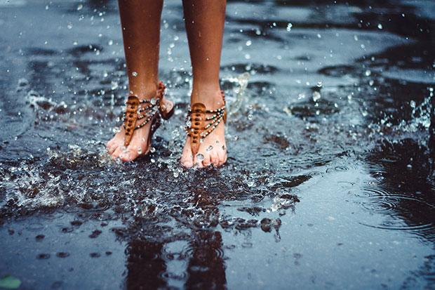 เช็ดคราบสกปรกออกจากรองเท้าแตะหนัง
