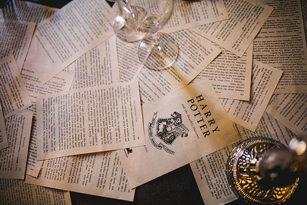 โต๊ะเต็มไปด้วยกระดาษจากหนังสือ  แฮร์รี่ พอตเตอร์