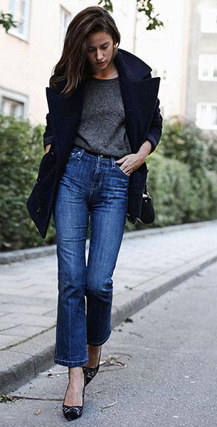 Cropped Jeans AG, เสื้อโค้ทสีน้ำเงิน Dagmar, สเว็ตเตอร์สีเทา Filippa K, รองเท้าส้นสูง Manolo Blahnik