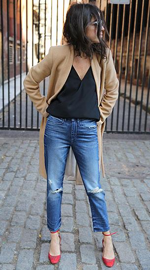 Cropped Jeans Ayr, เสื้อโค้ทสีน้ำตาล Ayr, เสื้อสีดำ Ayr, รองเท้าสีแดง Valentino, กระเป๋า Mark Cross