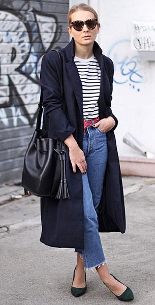 Cropped Jeans Levi's, เสื้อโค้ทสีน้ำเงิน Urban Outfitters, เสื้อลายทาง Sheinside, รองเท้า Vagabond