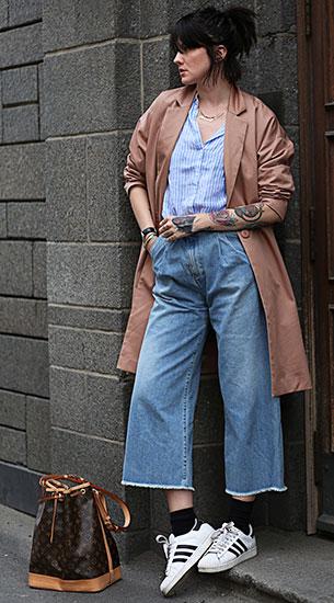 Cropped Jeans Rodebjer, เสื้อเชิ้ตลายตั้ง Gina Tricot, เสื้อโค้ท Arv, รองเท้า Adidas, กระเป๋า Louis Vuitton