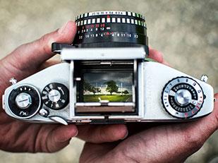 รูปจากช่องมองภาพของกล้องถ่ายรูปอนาล็อกโบราณ