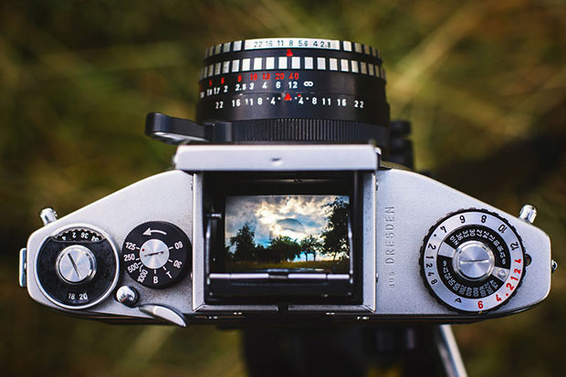 รูปจากช่องมองภาพของกล้องอนาล็อกโบราณ
