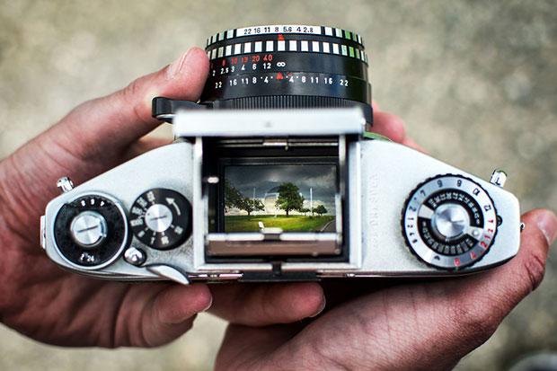 รูปถ่ายจากช่องมองภาพของกล้องอนาล็อกโบราณ