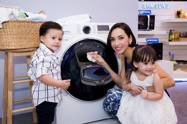 เครื่องซักผ้าที่มีช่องเติมผ้าตอนซัก