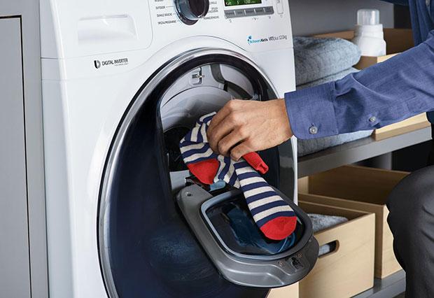 เครื่องซักผ้าที่มีช่องเติมผ้าระหว่างการซัก