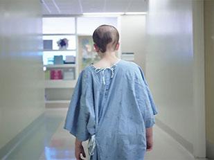 นักออกแบบดีไซน์ชุดคนไข้โรงพยาบาลให้ผู้ป่วยเด็ก