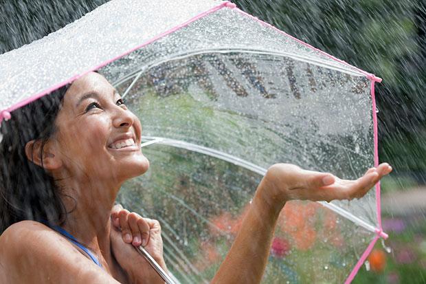 วิธีป้องกันอันตรายจากไฟฟ้าหน้าฝนสำหรับสาวๆ