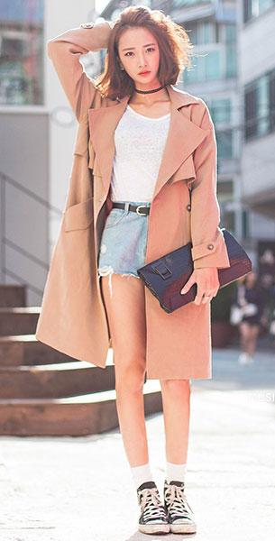 สร้อย Choker, เสื้อยืดสีขาว, กางเกงยีนส์ขาสั้น, เสื้อโค้ทสีเบจ