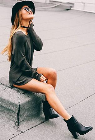 สร้อย Choker, เสื้อสีเทา, รองเท้าบู๊ท