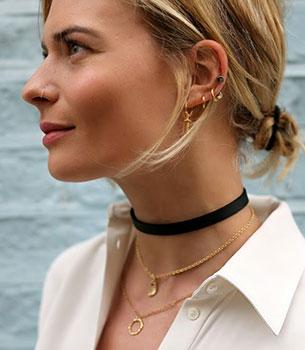 สร้อย Choker Asos, เสื้อเชิ้ตสีขาว Marina, สร้อยคอ Davina Combe, ต่างหู & Other Stories, ต่างหู i + i