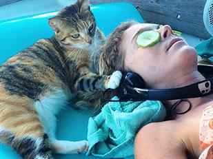 หญิงคนนี้ลาออกจากงานเพื่อล่องเรือเที่ยวกับแมวคู่ใจ