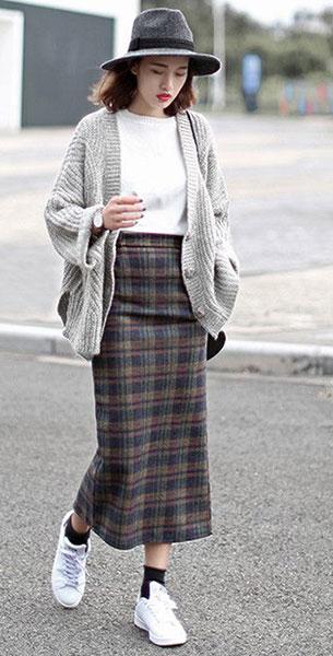 แฟชั่นสไตล์สาวเกาหลี, สเว็ตเตอร์สีเทา, เสื้อยืดสีขาว, กระโปรงยาวลายสก๊อต