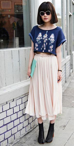 แฟชั่นสไตล์สาวเกาหลี, เสื้อครอปสีน้ำเงิน, กระโปรงจีบบานสีเบจ