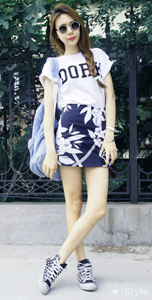 แฟชั่นสไตล์สาวเกาหลี, เสื้อยืดสีขาว, กระโปรงสีน้ำเงินลายดอกไม้สีขาว