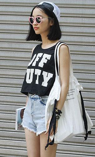 แฟชั่นสไตล์สาวเกาหลี, เสื้อแขนกุดสีดำ, กางเกงยีนส์ขาสั้น