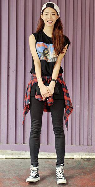 แฟชั่นสไตล์สาวเกาหลี, เสื้อแขนกุดสีดำ, เสื้อเชิ้ตลายสก๊อตสีแดงน้ำเงิน, กางเกงสีดำ