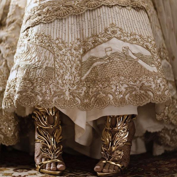 ลวดลายเรื่องราวความรักบนชุดแต่งงาน