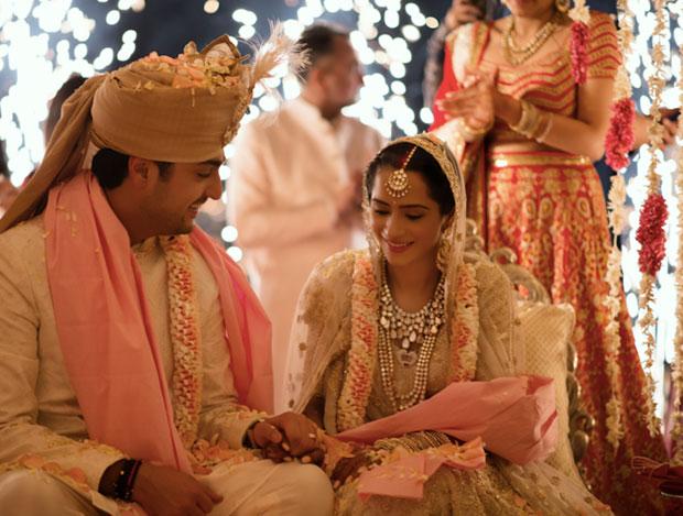 เจ้าสาวถักทอเรื่องราวความรักตัวเองลงบนชุดแต่งงาน