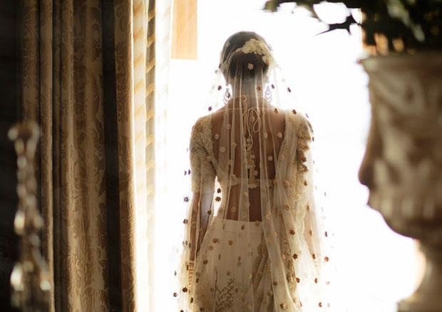 เจ้าสาวผู้เปี่ยมพรสวรรค์ถักทอเรื่องราวความรักของตัวเองลงบนชุดแต่งงานส่าหรีแลงก้า
