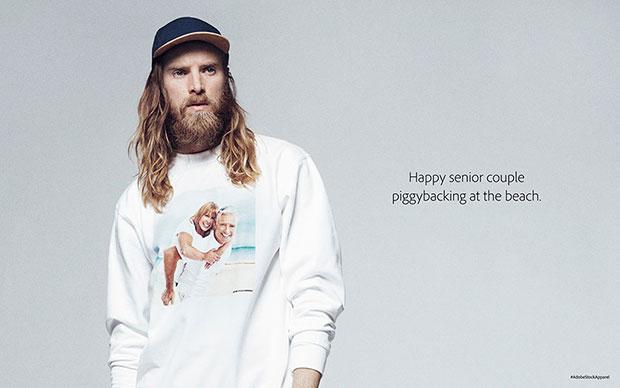 Adobe เสื้อลายสกรีนคู่รักสูงอายุกำลังขี่หลังกันอย่างมีความสุข